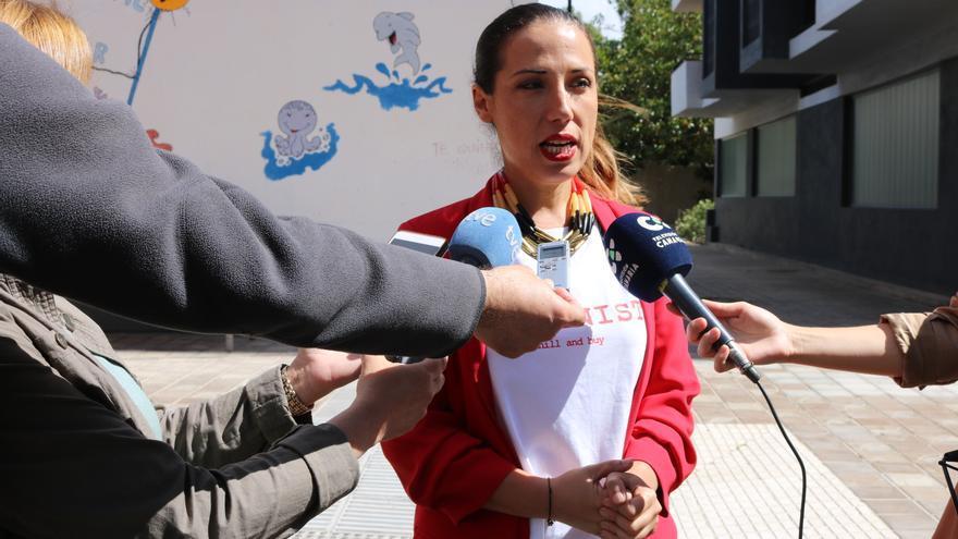 Patricia Hernández, por fuera de la escuela infantil de 0-3 años del barrio de Miramar, hoy cerrada