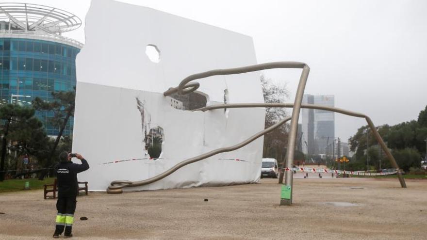 Un operario saca una foto de la estatua de David y Goliat derribada por el fuerte temporal de viento y lluvia durante la noche de este miércoles, en el barrio de la Vila Olímpica de Barcelona. La estatua, que ha quedado doblada y partida en algunos puntos, es una obra de Antoni Llena que se colocó, en el año 1992.