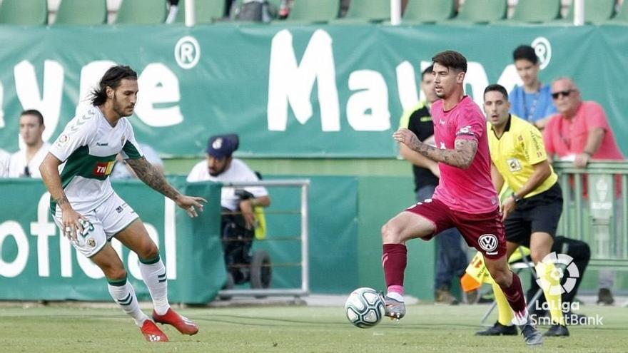 Luis Pérez, en una jugada del Elche-Tenerife de este jueves en el Martínez Valero.