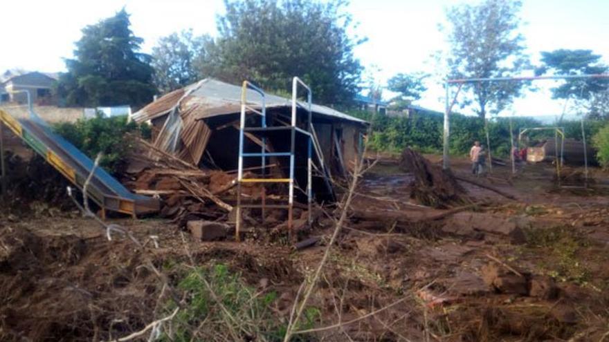 Destrozos locales tras reventar una presa en Kenia