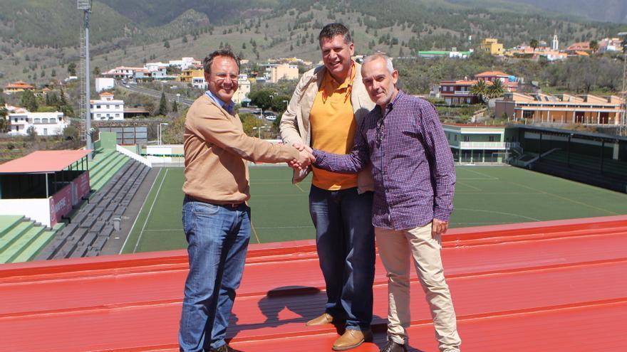 El alcalde de El Paso, Sergio Rodríguez, y el primer teniente de alcalde, Andrés Carmona, con el representante de la empresa Ángel Gil Impermeabilizaciones SL.