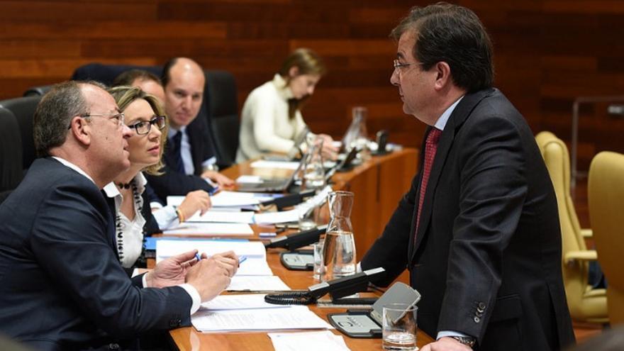 Vara, con el líder de la oposición José Antonio Monago, y con Cristina Teniente / Asamblea