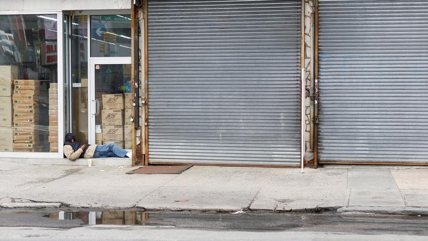 Un hombre duerme en la calle en una ciudad de EEUU.