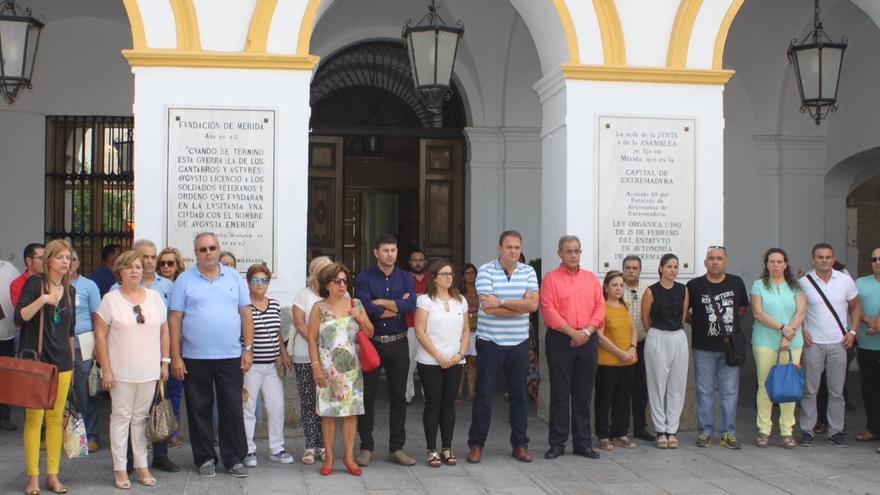 Minuto de silencio celebrado en el Ayuntamiento de Mérida, este viernes