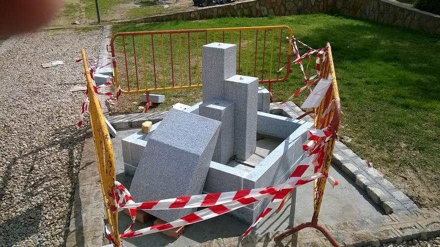 Fuente precintada a medio construir para el homenaje suspendido en Torrecampo. (Foto. Solienses)