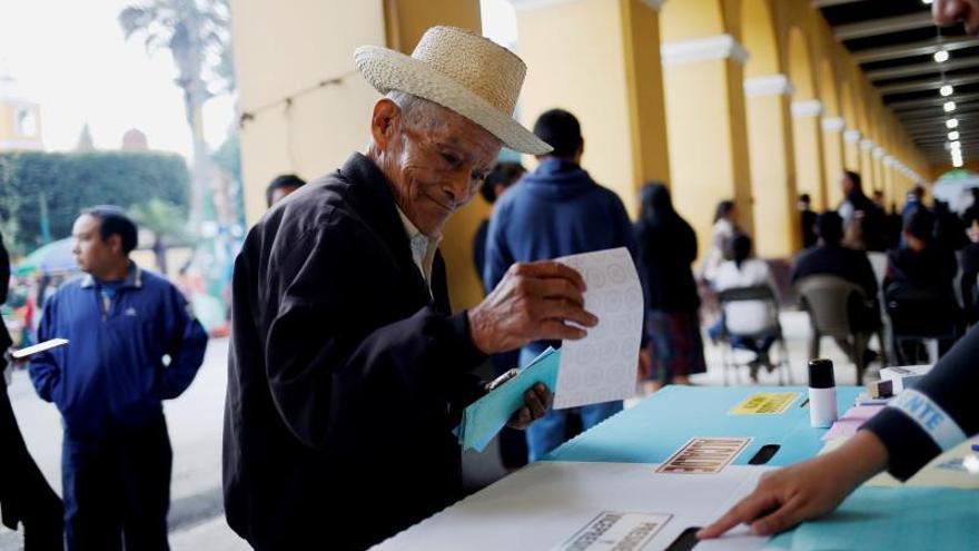Abren los colegios electorales en Guatemala para los comicios generales