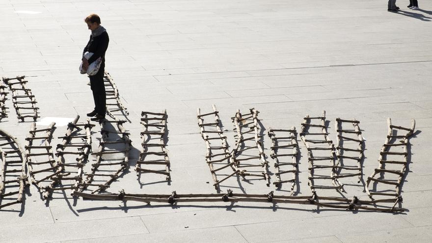 Muga, la obra del artista Fernando Clavería creada a partir de escaleras utilizadas para saltar la valla de Melilla