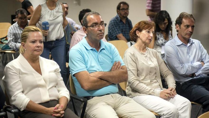 La exconcejala del Ayuntamiento de Arrecife María Luisa Blanco (i); el ex concejal de Hacienda del Ayuntamiento de Arrecife, José Miguel Rodríguez (2i); la exconsejera delegada de Inalsa, Plácida Guerra (2d); y el ex directivo de Inalsa Rafael Elorrieta (d), durante el juicio celebrado en los juzgados de Arrecife dentro del caso Unión, donde comparecen como imputados en una trama de corrupción junto al expresidente del Cabildo de Lanzarote, Dimas Martín y el ex viceconsejero de Justicia del Gobierno de Canarias, Francisco José Battllori. EFE/Javier Fuentes Figueroa