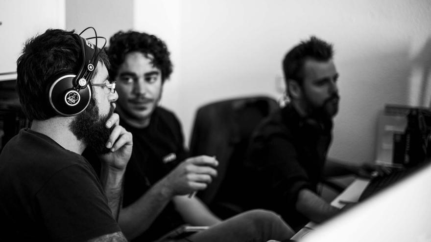 Alejandro G. Salgado trabajando con su equipo en Bolingo