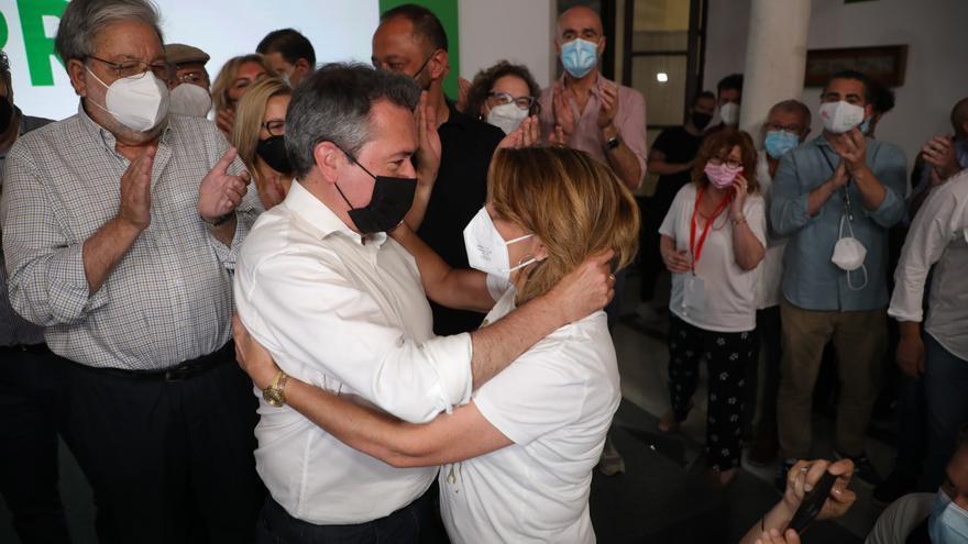 El alcalde de Sevilla, Juan Espadas y , la secretaria general del PSOE-A, Susana Días se saludan   a 13 de junio del 2021, en Sevilla. El alcalde de Sevilla, Juan Espadas, ha ganado las primarias celebradas este domingo por su partido para elegir al candi