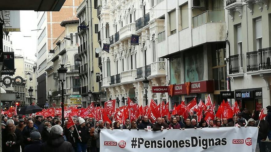 Miles de castellano-manchegos se echan a la calle, a pesar de la lluvia, para exigir pensiones dignas
