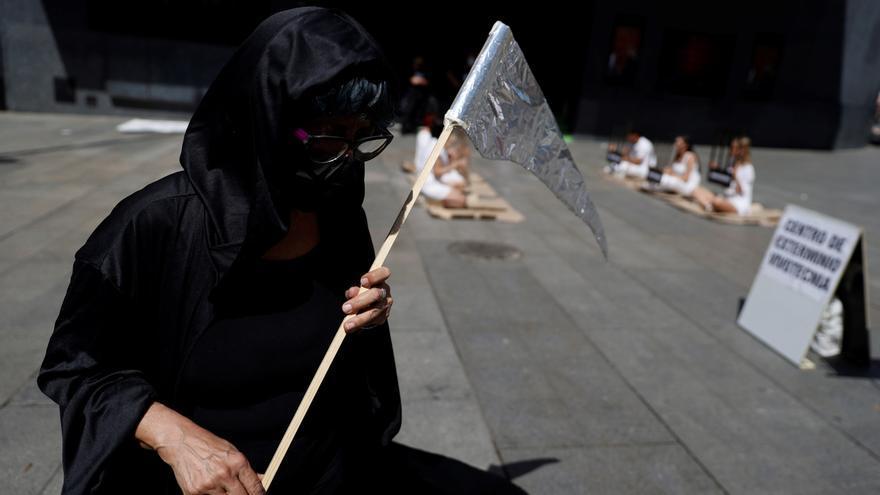 Activistas escenifican en Madrid la crueldad animal de laboratorio Vivotecnia