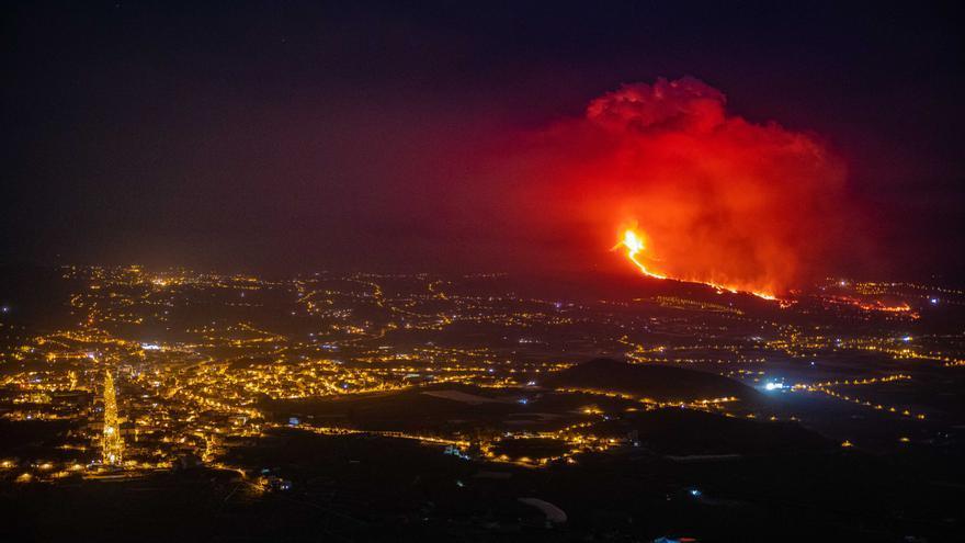 El volcán de Cumbre Vieja en erupción.