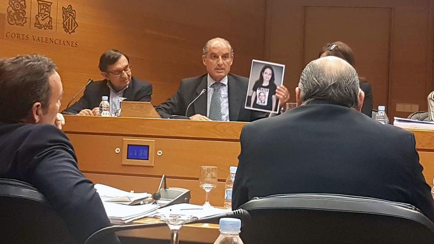 """Francisco Camps muestra en las Corts una foto de Mónica Oltra con una camiseta en la que se lee """"wanted"""" sobre la imagen del expresident"""
