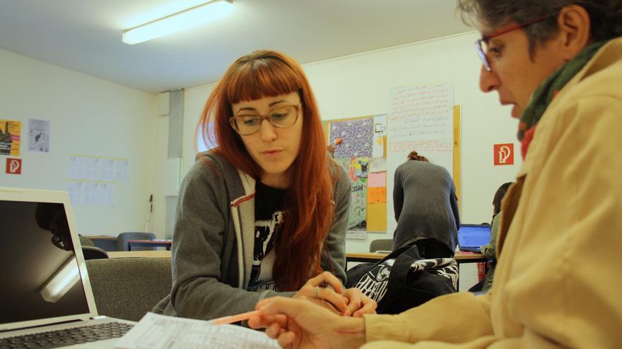 Concha Álvarez ayuda a Gema, que ha venido a asesorarse con un problema laboral a la Oficina Precaria