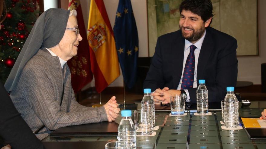 El presidente de la Región de Murcia, Fernado López Miras, y la monja premiada, Sor Alicia Plaza