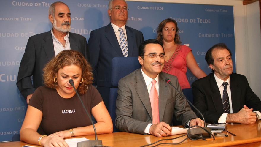 Carmelo Oliva, Domingo Ramírez, Sonsoles Martín, Mari Carmen Castellano, Francisco Valido y José Suárez informando su dimisión por el caso Faycan.