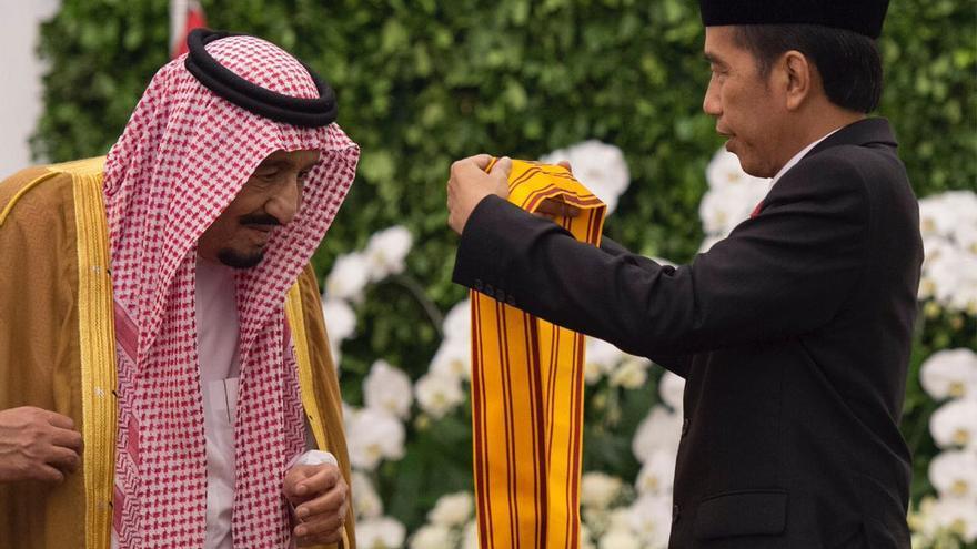 El rey saudí Salmán en Indonesia.
