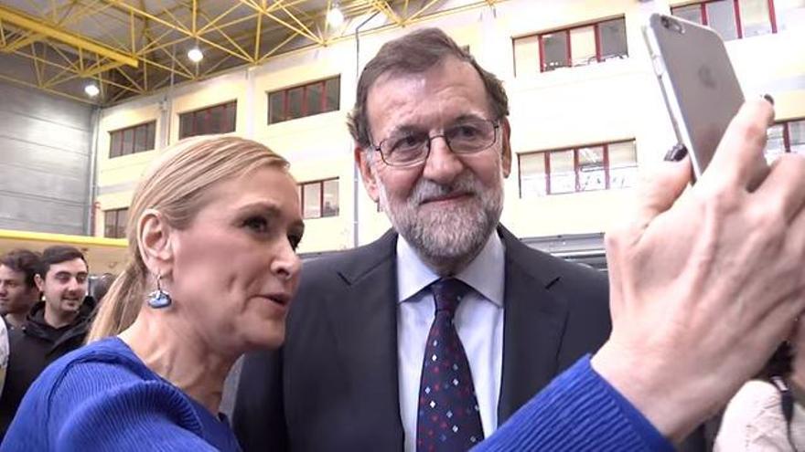Cifuentes se hace un selfie junto a Mariano Rajoy durante la visita a un centro de FP en Madrid, en enero de 2016.