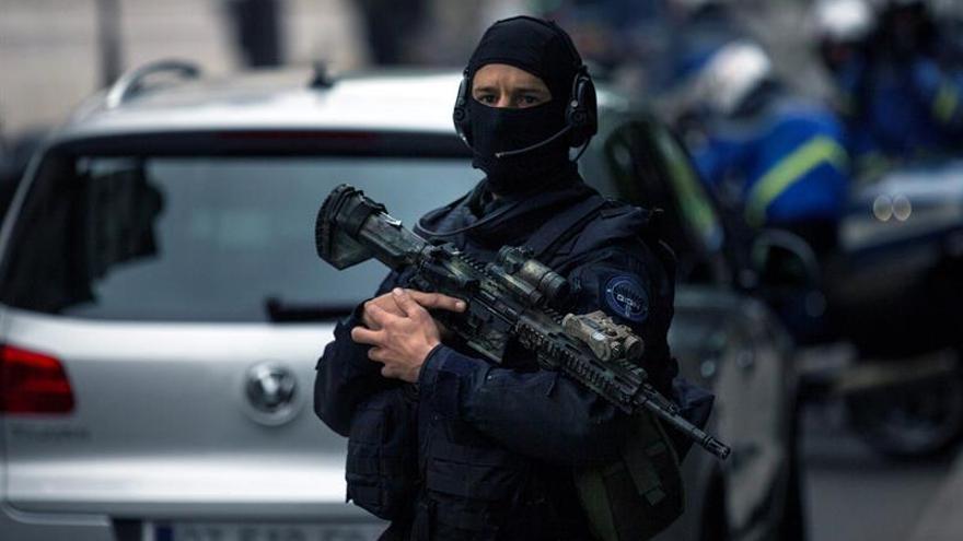 Un hombre armado se atrinchera en un hotel tras discutir con el gerente
