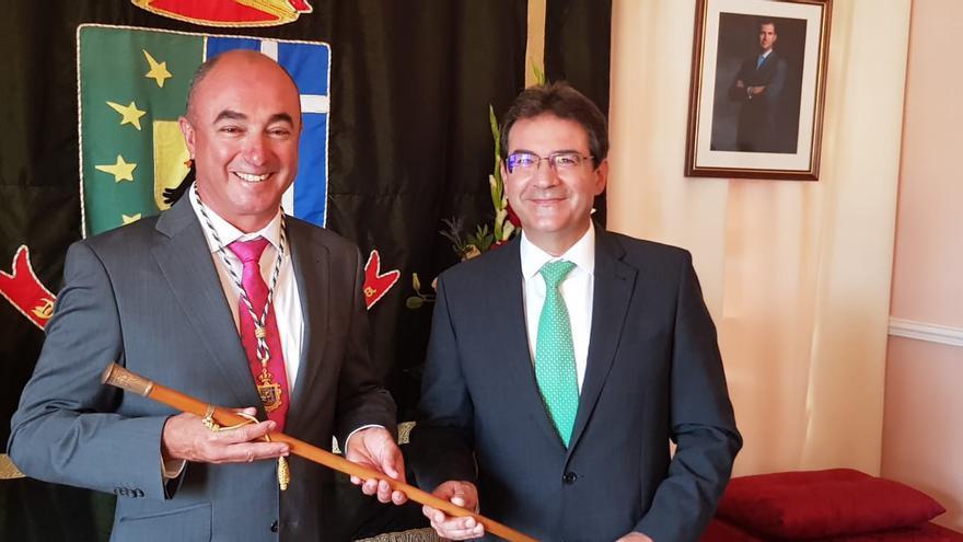 Víctor Guerra, nuevo alcalde de Puntallana, con José Adríán Hernández.