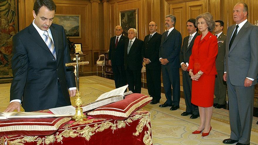 El socialista José Luis Rodríguez Zapatero jura su cargo como presidente el 17 de abril de 2004.