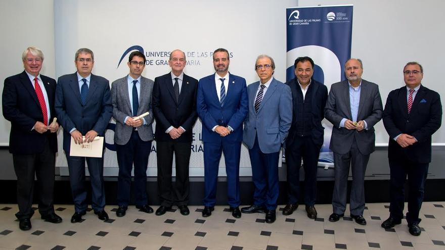 Rafael Robaina y Ángel Tristán han presidido este lunes la primera firma de convenios.(IVÁN DEL CRISTO)