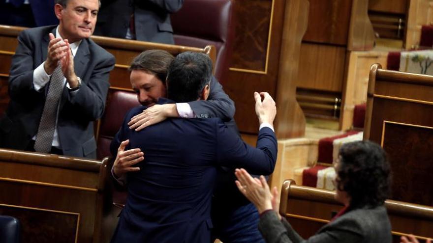 """Sánchez e Iglesias se funden en un abrazo: """"Bien está lo que bien acaba"""""""