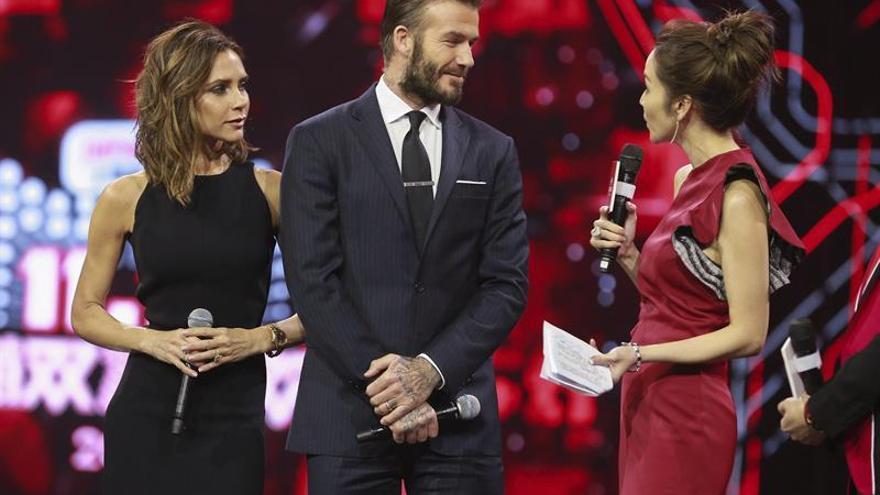 """Los Beckham animan a los chinos al consumo frenético en un """"show"""" de Óscar"""