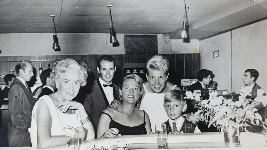 La pianista Pia Beck entre su mujer y su hijo en el mítico Blue Note del Pasaje Begoña.