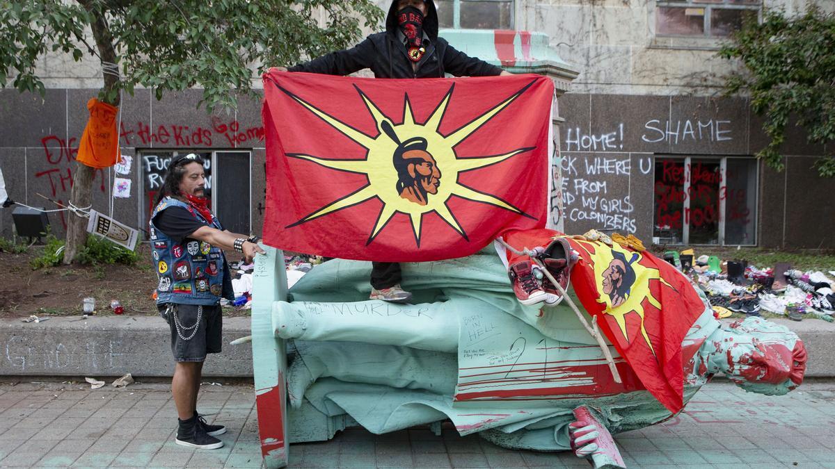 Manifestantes derriban la estatua de Egerton Ryerson, arquitecto de las escuelas canadienses en las que se asimilaba a la población indígena, en junio de 2021.