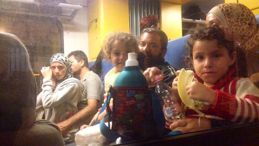 Refugiados sirios en el tren que anoche trasladó a 300 personas hasta la frontera con Austria. El gobierno húngaro ha advertido de que no realizará más traslados / Olga Rodríguez