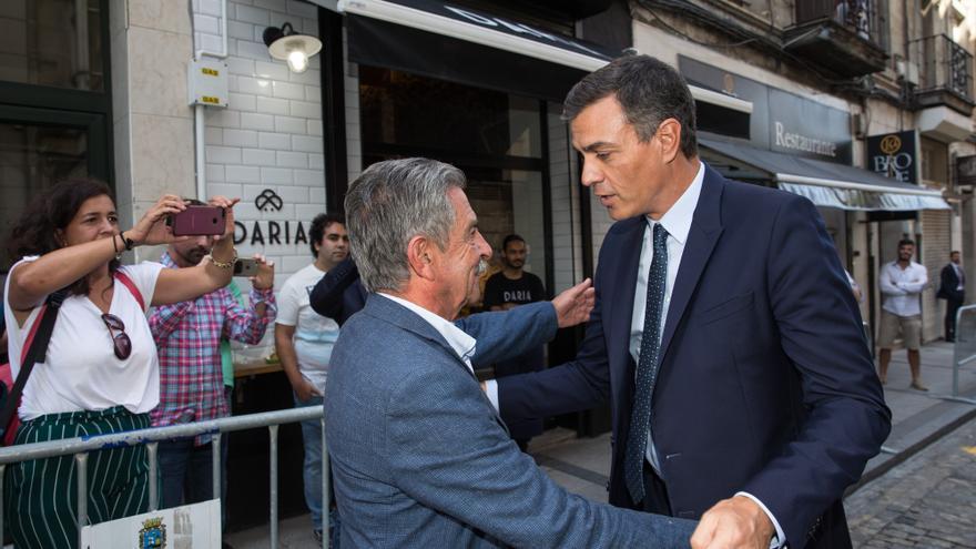 Miguel Ángel Revilla recibe a Pedro Sánchez a la puerta del restaurante donde han comido juntos en Santander. | Raúl Lucio