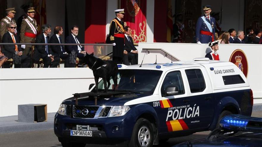 Un vehículo de guías caninos de la Policía Nacional participa en el desfile que presiden los Reyes en el Día de la Fiesta Nacional, al que asiste el Gobierno en pleno y la mayoría de líderes políticos.