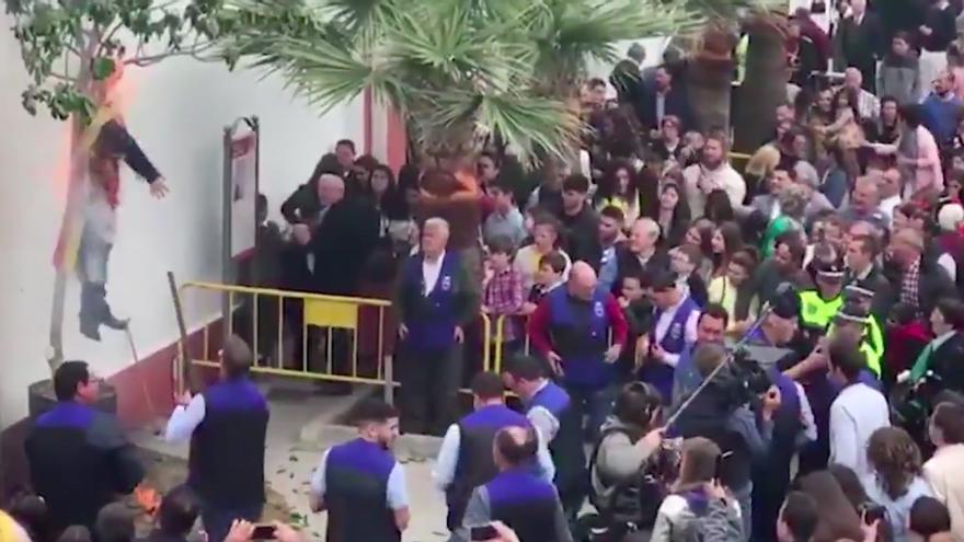 Los vecinos de un pueblo de Sevilla disparan y queman a un Judas que representa a Puigdemont