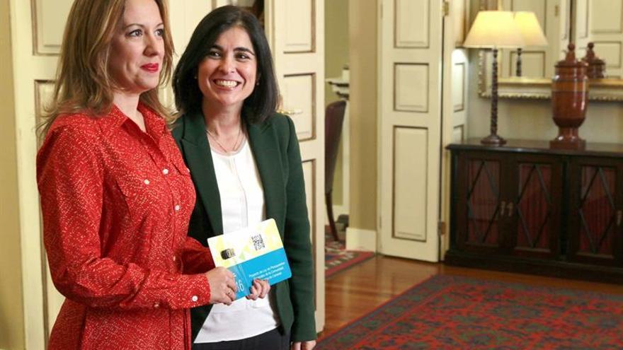 La consejera de Hacienda del Gobierno de Canarias, Rosa Dávila, entregó a la presidenta del Parlamento regional, Carolina Darias, el proyecto de Ley de Presupuestos Generales de la Comunidad Autónoma de Canarias para 2016. (EFE/CRISTÓBAL GARCÍA)