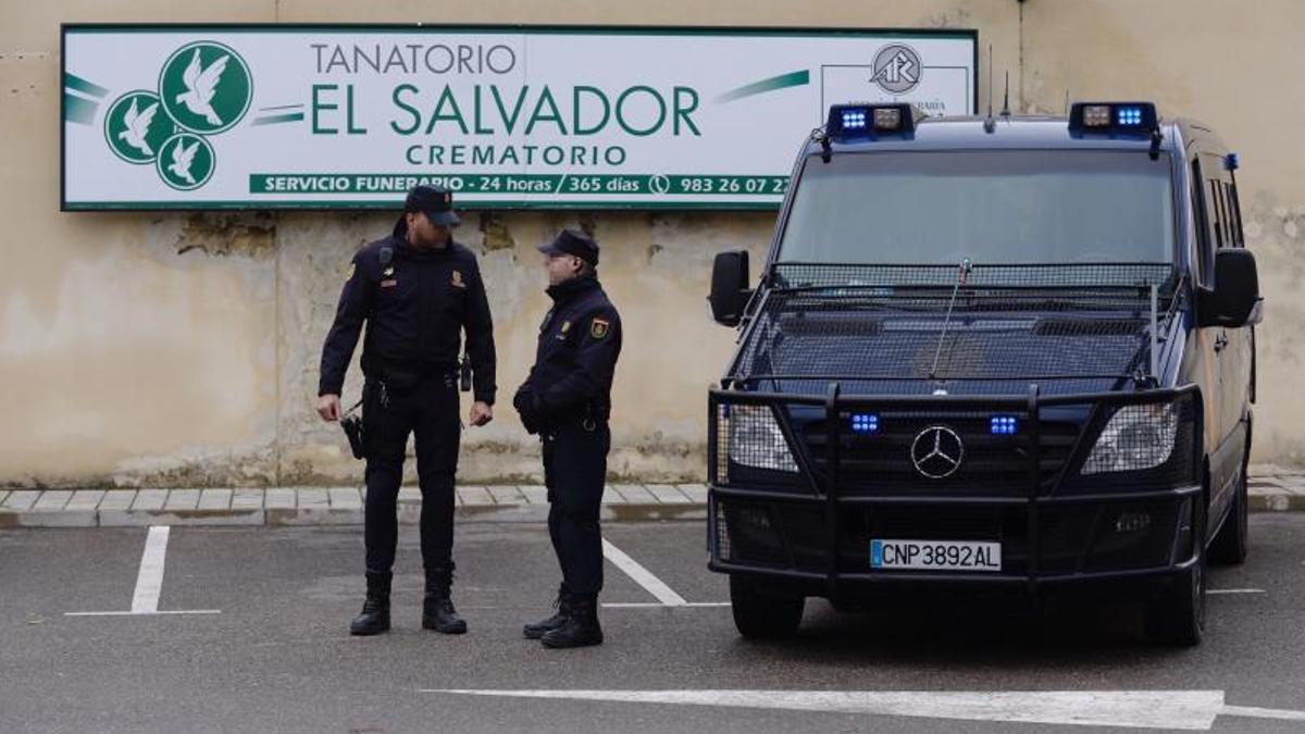 Quince detenidos por incinerar en ataúdes más baratos que los comprados