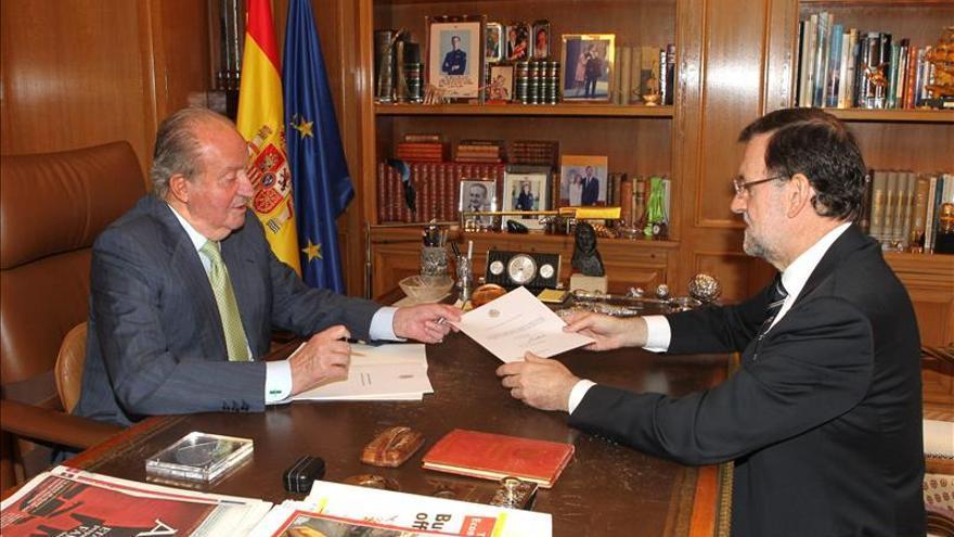 El rey junto a Rajoy en la presentación oficial de su abdicación