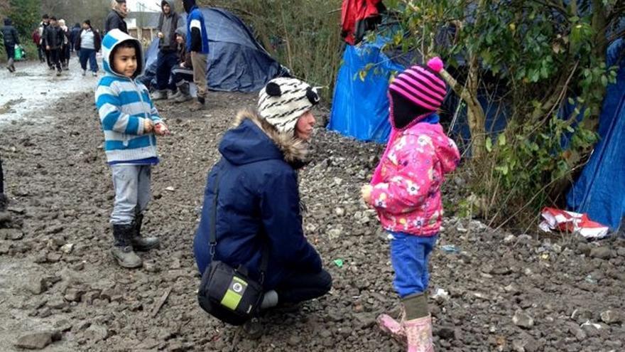 Una voluntaria con dos niños refugiados en Dunkerque, a escasos kilómetros de Calais / Foto: Virginia Domínguez
