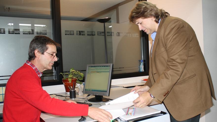 Agustín Espinosa (Ciudad Real) entrega los avales para ser candidato de las primarias del PSOE