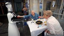 Alexia sirviendo unas consumiciones en el bar Baviera de Pamplona