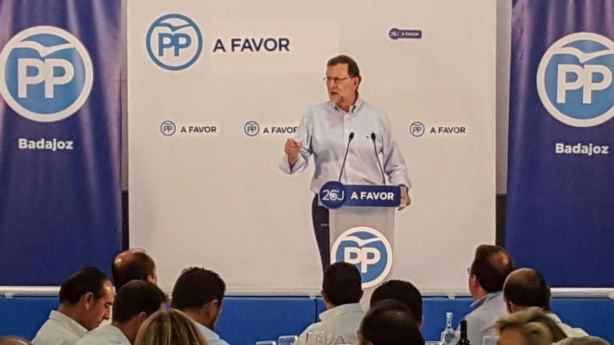 """Rajoy llama a tener """"cuidado con las alternativas"""", que pueden hacer """"tabla rasa"""" con el """"trabajo"""" de los españoles"""