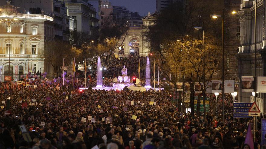 La Cibeles se tiñe de morado en plena manifestación del 8M