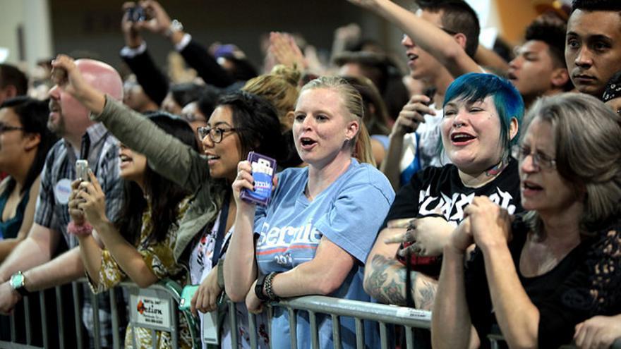Seguidores de Bernie Sanders en un acto de la campaña del senador en Phoenix, Arizona, en 2016.