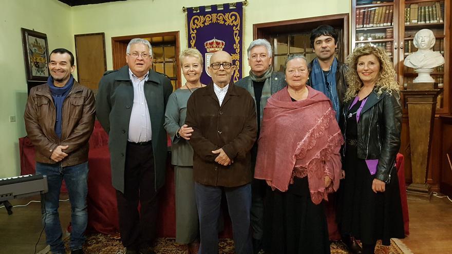 Los siete poetas junto a Rosa Aguado este viernes.