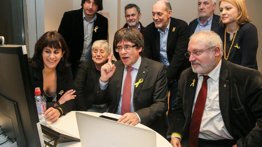 El candidato de Junts per Catalunya, Carles Puigdemont, sigue los resultados de las elecciones, en el centro de Convenciones de Bruselas en Bélgica