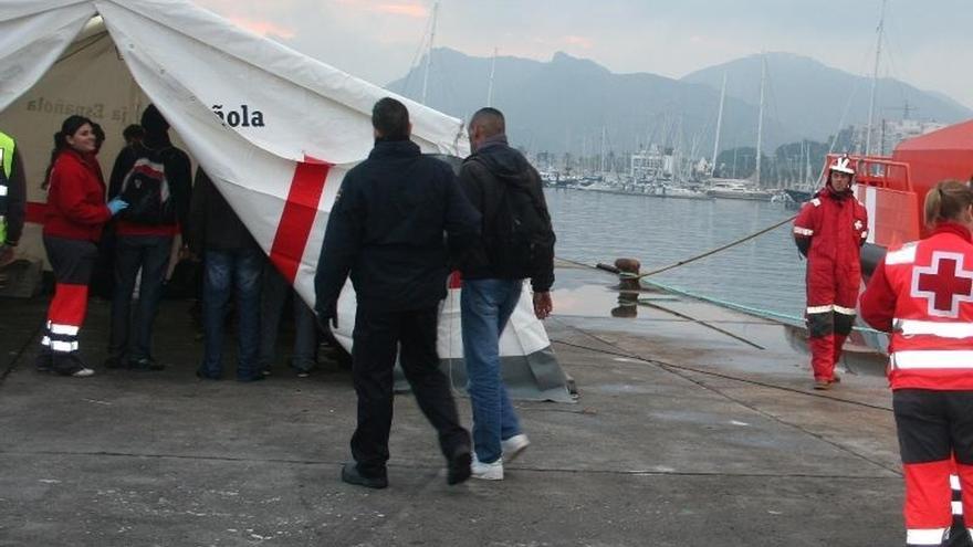 """Cruz Roja espera poder cerrar el pabellón de Tarifa en los """"próximos días"""", donde aún atienden a 105 inmigrantes"""