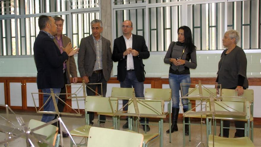 El presidente del Cabildo (centro),  junto con otras autoridades, en las nuevas dependencias de la delegación en Los Llanos de la Escuela Insular de Música