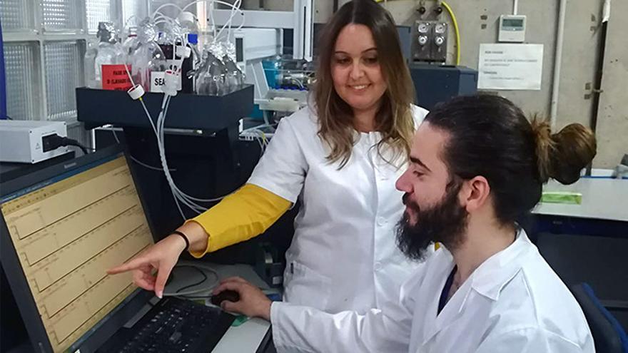 Los investigadores Rayco Guedes y Sarah Montesdeoca en su laboratorio