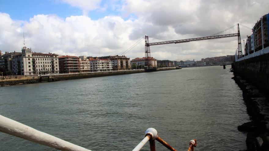 El puente colgante de Vizcaya visto desde la margen izquierda de la ría (Portugalete).